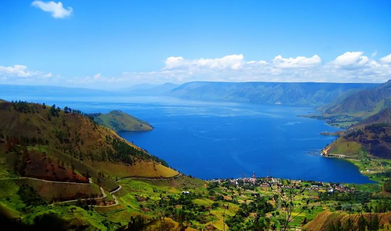 https: img.okezone.com content 2020 12 30 406 2336250 sandiaga-uno-dorong-pengembangan-pariwisata-danau-toba-berbasis-budaya-dan-alam-SF36IlhUop.jpg