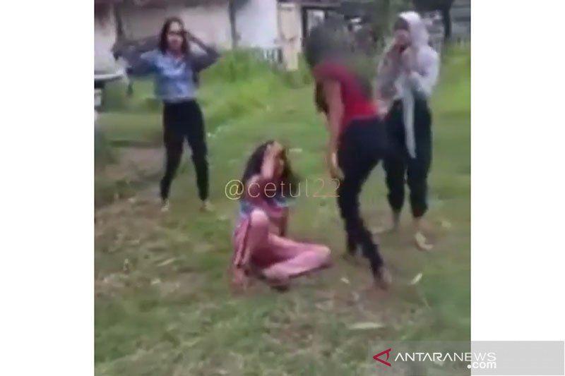 https: img.okezone.com content 2020 12 30 512 2336309 viral-video-bullying-anak-di-bawah-umur-polisi-gerak-cepat-FVoXLYh1CI.jpg