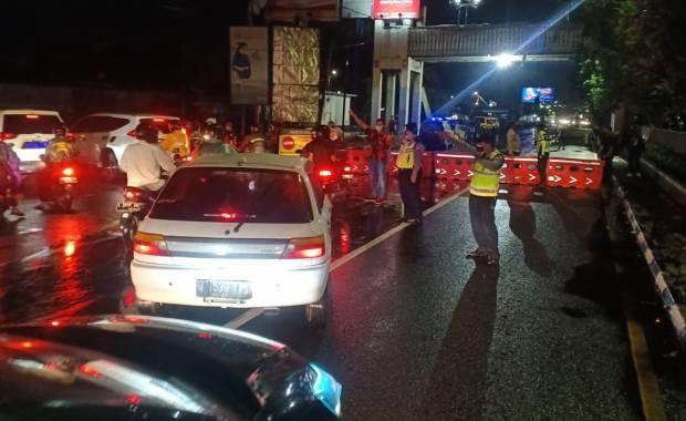 https: img.okezone.com content 2020 12 30 519 2335999 sidoarjo-berlakukan-jam-malam-ratusan-kendaraan-sempat-terjebak-kemacetan-t9PKpHGQ80.jpg