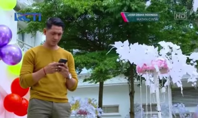 https: img.okezone.com content 2020 12 31 194 2336801 sambut-kedatangan-reyna-arya-saloka-pakai-tshirt-rp300-ribuan-1ZhId4QHMN.jpg