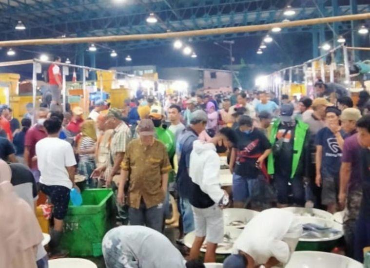 Jelang Malam Tahun Baru, Pasar Ikan Muara Angke Penuh Sesak : Okezone Megapolitan