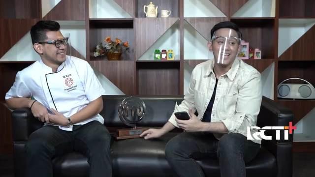 https: img.okezone.com content 2020 12 31 612 2336746 jerry-juara-masterchef-indonesia-season-7-menangis-saat-angkat-piala-ternyata-ini-penyebabnya-I6BEpdMK7u.jpg