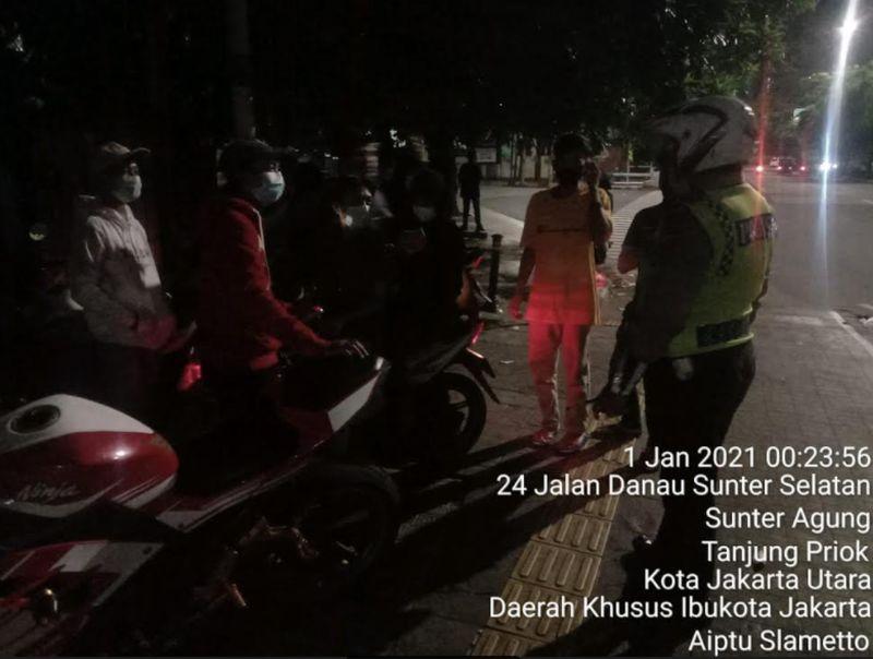 Rayakan Tahun Baru, Sekelompok Remaja Berkerumun di Danau Sunter Dibubarkan : Okezone Megapolitan