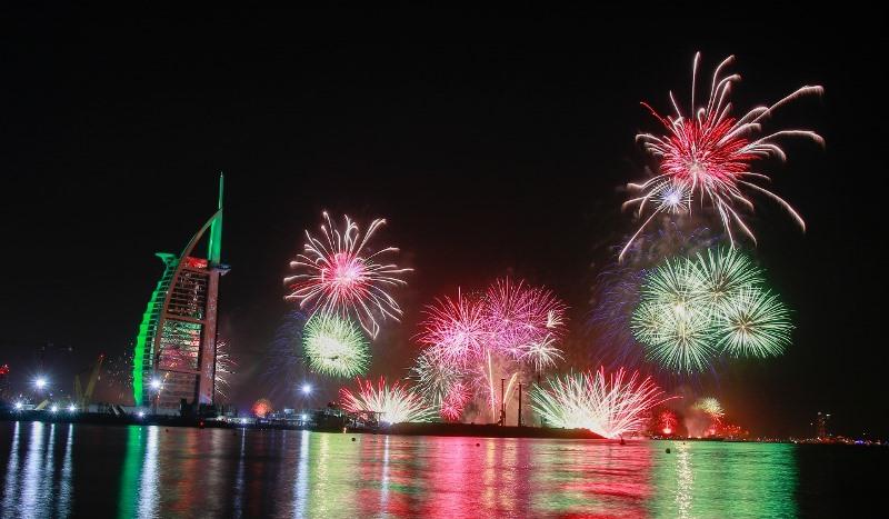 https: img.okezone.com content 2021 01 01 406 2337232 meriahnya-pesta-kembang-api-tahun-baru-2021-di-uni-emirat-arab-okFllSNmTl.jpg