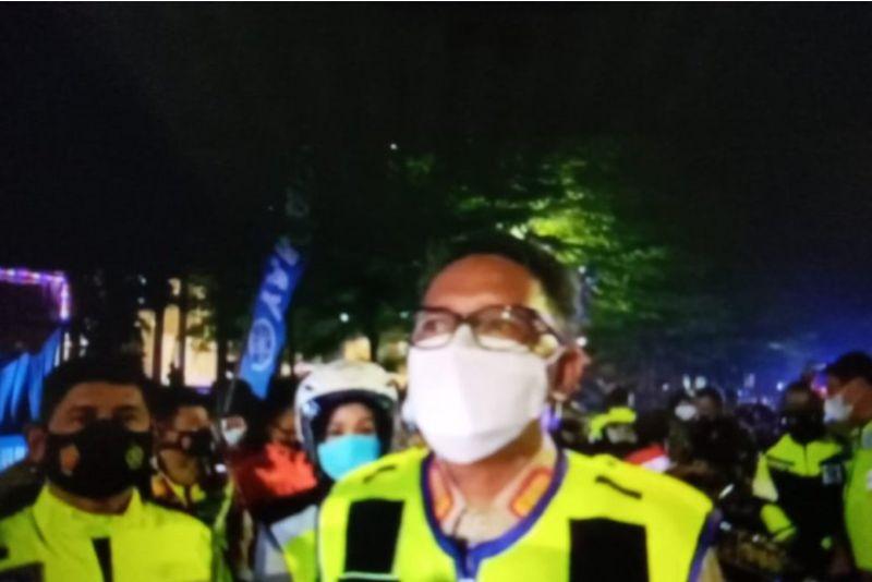 https: img.okezone.com content 2021 01 01 609 2337096 naik-motor-nurdin-abdullah-pantau-perayaan-malam-tahun-baru-di-makassar-j7rqhY6lrJ.jpg