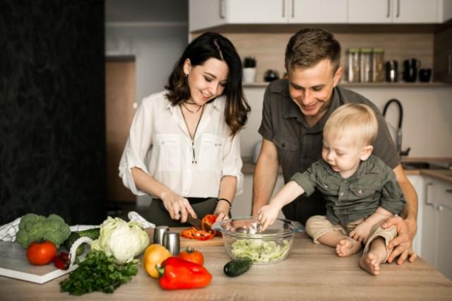 https: img.okezone.com content 2021 01 01 612 2337184 5-kegiatan-menarik-isi-libur-tahun-baru-di-rumah-bareng-keluarga-yuk-praktikkan-P2ud8cSNJN.jpg