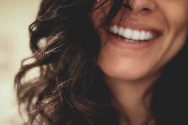 https: img.okezone.com content 2021 01 02 481 2337613 murah-meriah-ini-3-bahan-alami-supaya-gigi-putih-bersih-kVPTtkp7yg.jpg