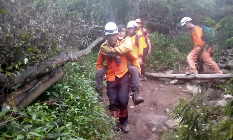 https: img.okezone.com content 2021 01 02 512 2337838 mendaki-gunung-sindoro-sendirian-remaja-ini-ditemukan-cedera-dan-kondisi-lemas-IW0yiwRczo.jpg