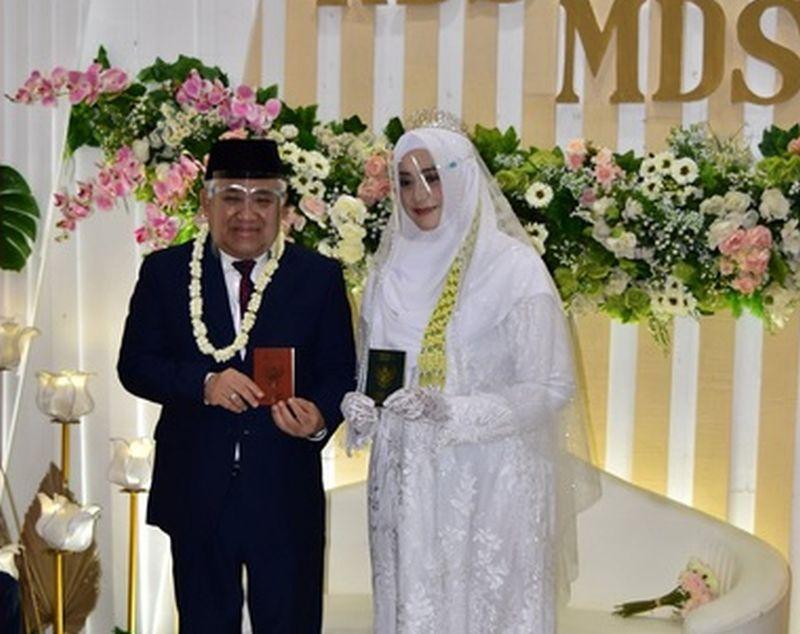 https: img.okezone.com content 2021 01 03 337 2338032 perjalanan-cinta-din-syamsuddin-hingga-menikahi-cucu-pendiri-ponpes-gontor-HmimNgXgYi.jpg
