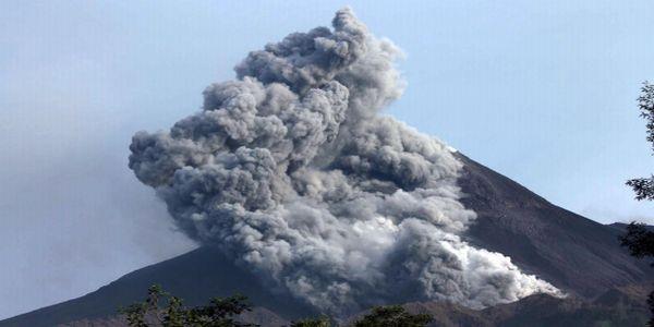 https: img.okezone.com content 2021 01 03 510 2337924 awas-suara-gemuruh-dan-guguran-lava-meluncur-dari-lereng-merapi-MTxYXBLemB.jpg