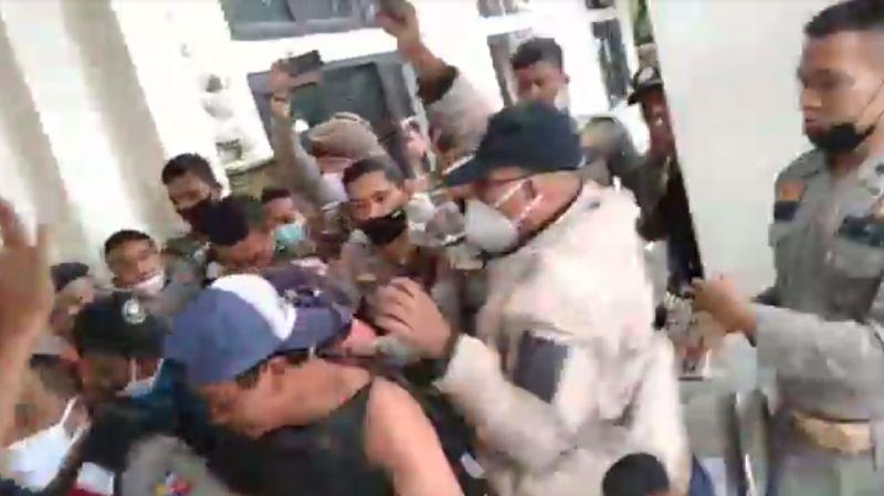 https: img.okezone.com content 2021 01 04 338 2338640 kantor-kelurahan-digembok-warga-di-bogor-mengamuk-keroyok-pria-berseragam-ormas-YGTk39HWo8.jpg