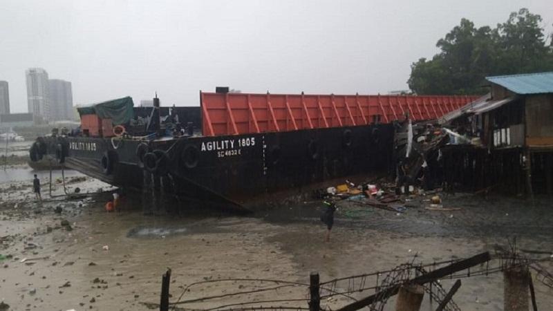 https: img.okezone.com content 2021 01 04 340 2338559 5-rumah-warga-rusak-parah-dihantam-kapal-tongkang-yang-terseret-arus-uVHm7hf6Gi.jpg