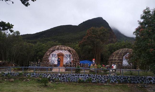https: img.okezone.com content 2021 01 04 406 2338353 keren-ada-rumah-khas-papua-di-taman-wisata-alam-gunung-papandayan-HPUUnPsmMg.JPG