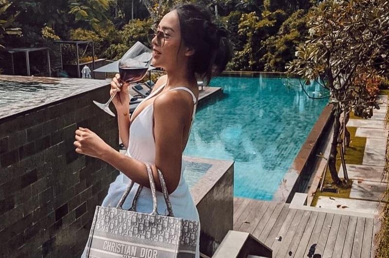 https: img.okezone.com content 2021 01 05 194 2339495 potret-anya-geraldine-pakai-bikini-berjemur-manja-di-pinggir-kolam-PhxXqxtra9.jpg