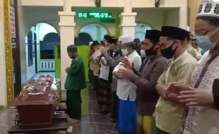 https: img.okezone.com content 2021 01 05 33 2339473 pemakaman-chacha-sherly-diwarnai-hujan-tangis-keluarga-TyfBXbCT5r.jpg