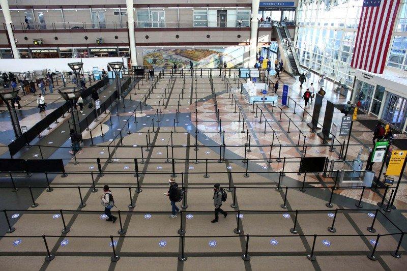 https: img.okezone.com content 2021 01 05 406 2339113 penumpang-di-bandara-amerika-serikat-turun-500-juta-orang-karena-corona-yPeLPB3iON.jpg