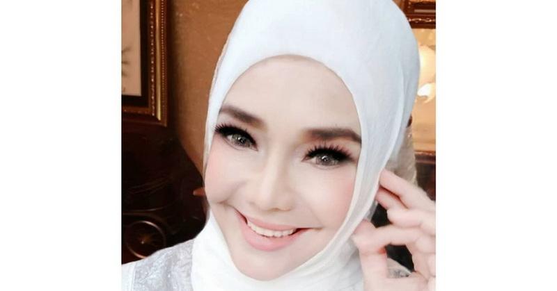 https: img.okezone.com content 2021 01 06 33 2340066 netizen-heboh-iyeth-bustami-unggah-foto-tanpa-hijab-sRd3Lk7j62.jpg