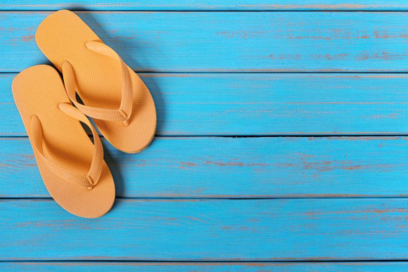 https: img.okezone.com content 2021 01 06 330 2339891 memakai-sandal-adalah-sunah-nabi-muhammad-saw-ini-penjelasan-ustaz-ammi-nur-baits-m6JlQdGN60.jpg