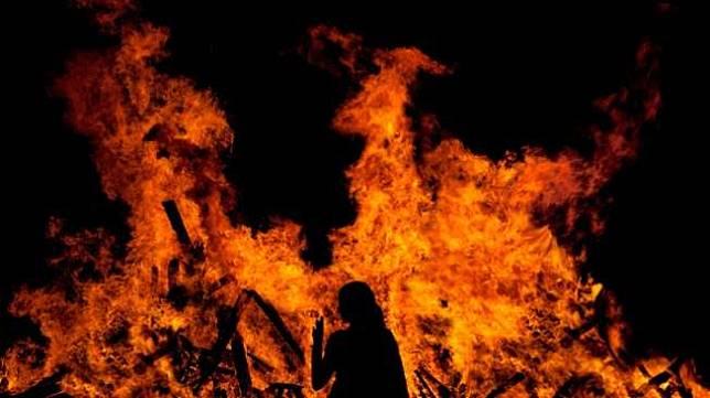 https: img.okezone.com content 2021 01 06 338 2339646 seorang-pria-bakar-diri-di-ulujami-diduga-siram-tubuhnya-dengan-bensin-FXxuJjJFA3.jpg