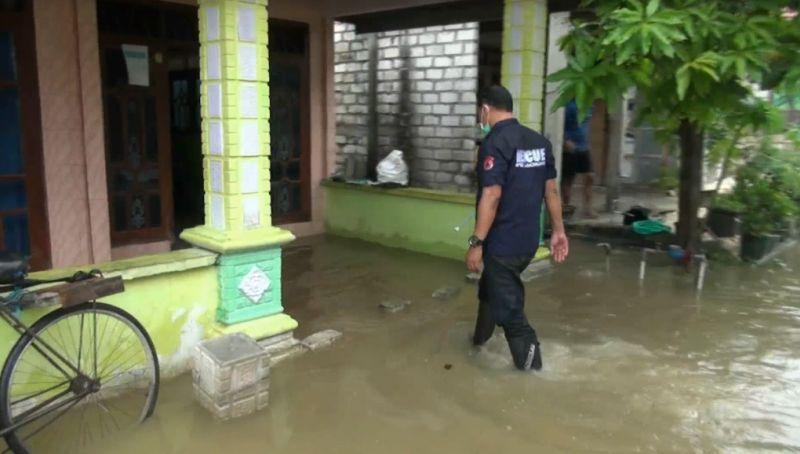 https: img.okezone.com content 2021 01 06 519 2339918 banjir-meluas-19-desa-di-lamongan-terdampak-luapan-anak-sungai-bengawan-solo-QbsUF4tdAd.jpg