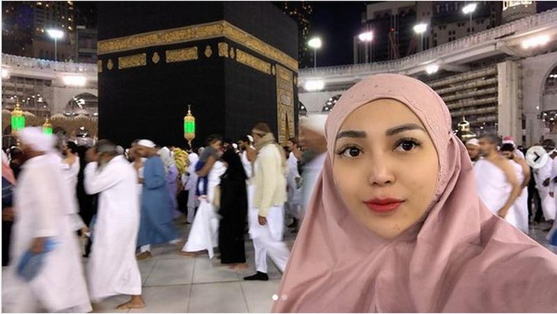 https: img.okezone.com content 2021 01 06 614 2339727 chacha-sherly-sempat-ungkap-ingin-kembali-ke-masjidil-haram-seperti-januari-2020-HO6z6F6veg.jpeg