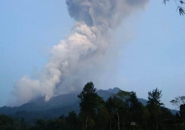 https: img.okezone.com content 2021 01 07 510 2340326 selain-lava-pijar-gunung-merapi-luncurkan-awan-panas-pagi-ini-eamREALv49.jpg