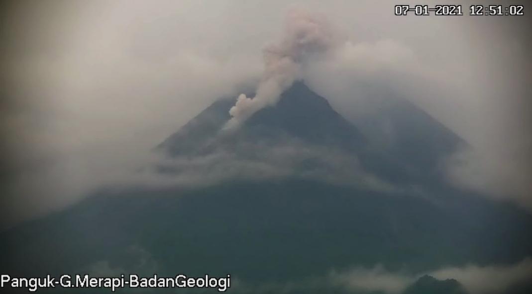 https: img.okezone.com content 2021 01 07 510 2340477 gunung-merapi-terus-luncurkan-awan-panas-04izFRl6fE.jpg