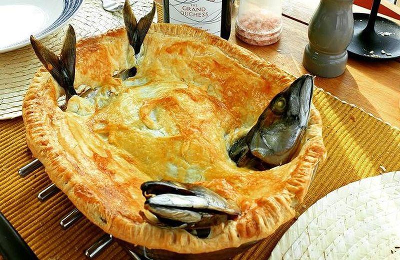 https: img.okezone.com content 2021 01 08 298 2341175 mengenal-stargazy-pie-makanan-unik-asal-inggris-berhiaskan-kepala-ikan-PF91hvecDI.jpg