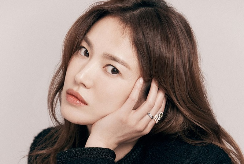 https: img.okezone.com content 2021 01 08 33 2341272 drama-reuni-song-hye-kyo-kim-eun-sook-angkat-tema-bullying-hingga-balas-dendam-lyhJeeYsCQ.jpg
