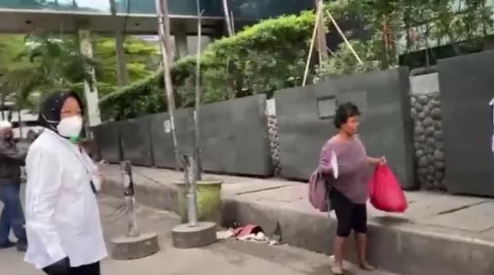 https: img.okezone.com content 2021 01 08 337 2340803 drama-blusukan-risma-di-sudirman-viral-di-tiktok-SswSsAebQq.jpg