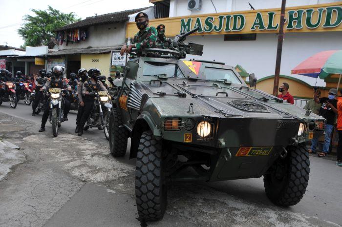 https: img.okezone.com content 2021 01 08 337 2341039 jelang-kedatangan-abu-bakar-ba-asyir-petugas-bersenjata-lengkap-patroli-di-ponpes-ngruki-bkkln1imgK.JPG