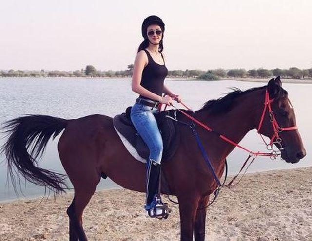 https: img.okezone.com content 2021 01 08 40 2340853 gaya-anggun-dan-macho-sabina-altynbekova-saat-berkuda-lZaKaFk6Bk.JPG