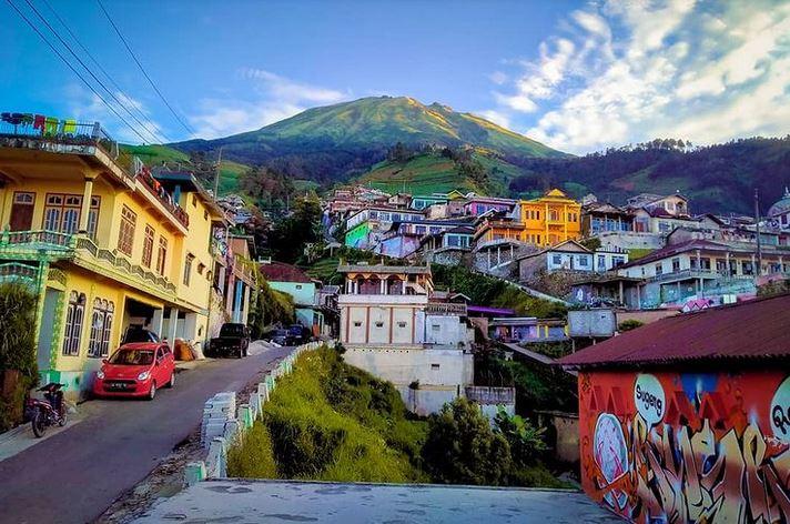 https: img.okezone.com content 2021 01 08 406 2340880 sandiaga-uno-janji-kembangkan-wisata-nepal-van-java-di-magelang-XwdqnfGEag.JPG