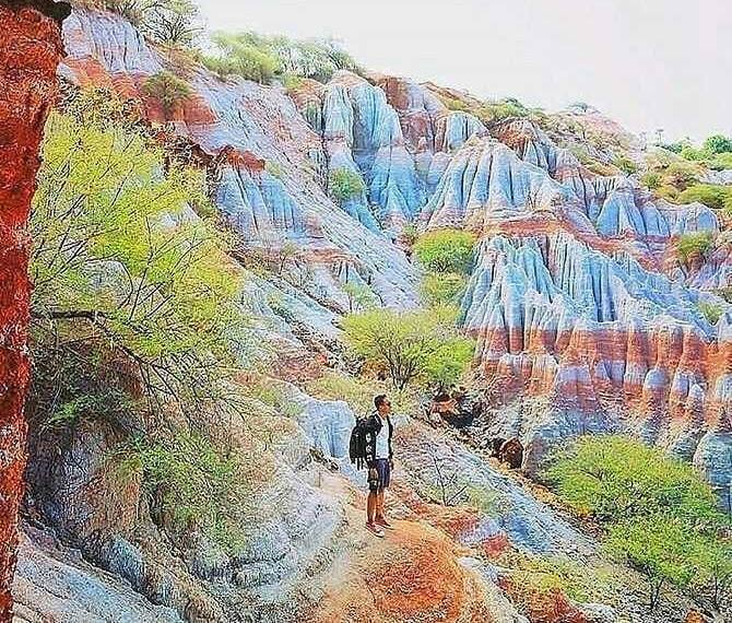 https: img.okezone.com content 2021 01 08 408 2341191 fakta-fakta-menarik-bukit-pelangi-kellaba-maja-painted-hills-nya-indonesia-rBSGhpLVAS.jpg