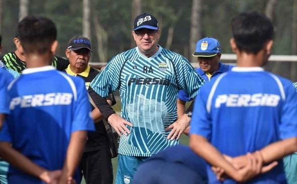 https: img.okezone.com content 2021 01 08 49 2341250 rene-alberts-nilai-rencana-liga-1-indonesia-bergulir-1-februari-tak-masuk-akal-MMNYr40QYi.jpg