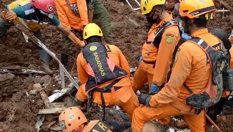 https: img.okezone.com content 2021 01 10 525 2342050 2-korban-tewas-akibat-longsor-cimanggung-sumedang-kembali-ditemukan-ALgUhwKDxb.jpg