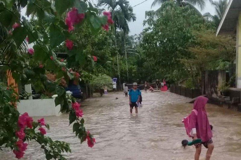 https: img.okezone.com content 2021 01 11 340 2342771 150-rumah-di-padang-terendam-banjir-CerzbytH5K.jpeg