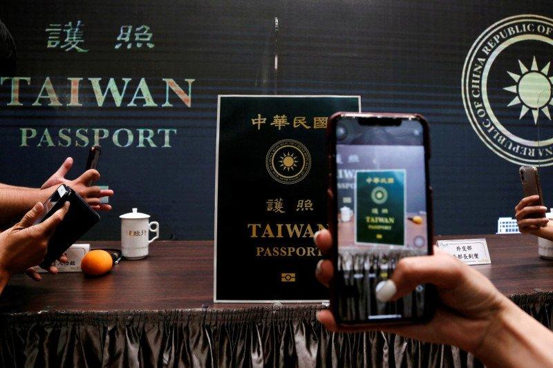 https: img.okezone.com content 2021 01 11 406 2342715 taiwan-resmikan-paspor-baru-tulisan-republik-china-di-sampul-dihapus-lGs3DtwL8p.jpg