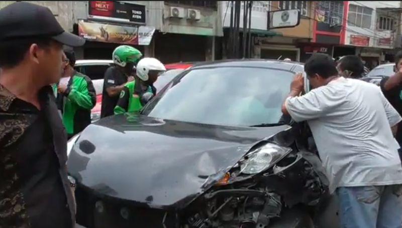 https: img.okezone.com content 2021 01 11 608 2342560 dikemudikan-remaja-17-tahun-mobil-seruduk-3-kendaraan-di-parkiran-4HiouQZO4x.jpg
