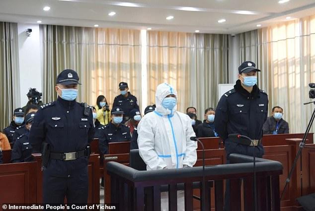 https: img.okezone.com content 2021 01 12 18 2342975 kenakan-pakaian-hazmat-dan-masker-di-pengadilan-terdakwa-ini-dituntut-hukuman-mati-KJa67Q90xe.jpg