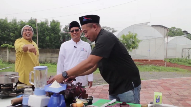 https: img.okezone.com content 2021 01 12 298 2343237 zaman-modern-santri-jarang-masak-sendiri-kiai-cholil-nafis-sudah-ada-mister-chef-j8NKdtoUZA.jpg