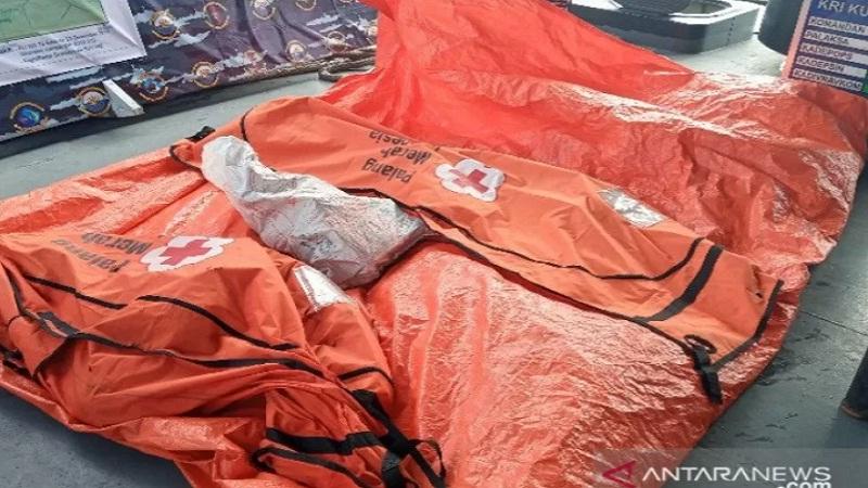 https: img.okezone.com content 2021 01 12 337 2343266 dislambair-tni-al-temukan-serpihan-pesawat-sriwijaya-air-hingga-barang-pribadi-korban-WaaPa1RGMT.jpg