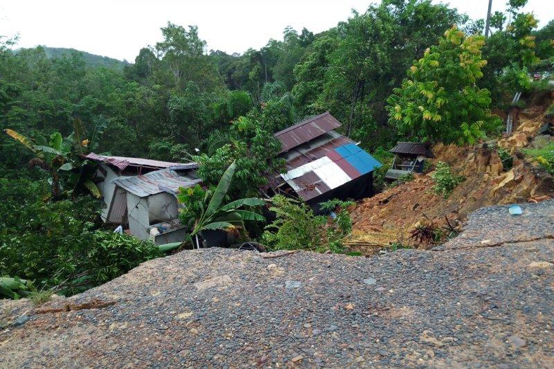 https: img.okezone.com content 2021 01 12 340 2342789 korban-tanah-longsor-di-sanggau-kalbar-mengungsi-ke-rumah-keluarganya-PdnKM0iEg1.jpg