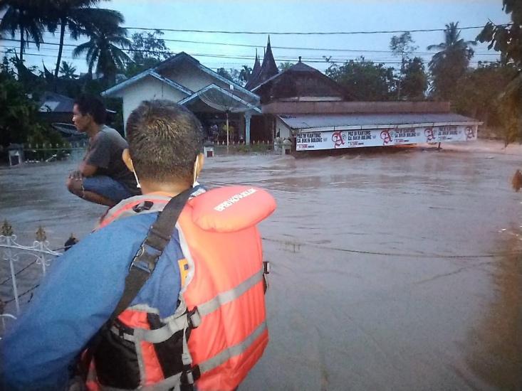 https: img.okezone.com content 2021 01 12 340 2343138 solok-diterjang-banjir-dan-longsor-ribuan-warga-terdampak-AKH1cpXx7w.jpg