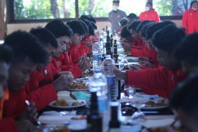 https: img.okezone.com content 2021 01 12 51 2343290 skuad-timnas-indonesia-u-19-tak-boleh-telat-saat-makan-bersama-4xFzywXCxM.jpg