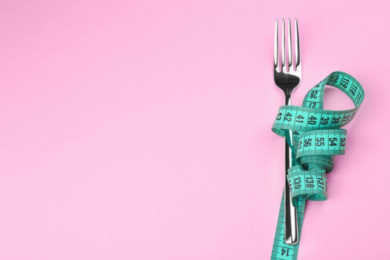 https: img.okezone.com content 2021 01 12 612 2343139 buat-resolusi-turunkan-berat-badan-hati-hati-dengan-diet-ketat-Yaj3AwH155.jpg