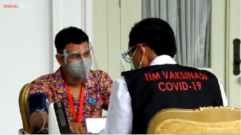 https: img.okezone.com content 2021 01 13 194 2343549 disuntik-vaksin-covid-19-raffi-ahmad-pakai-batik-warna-warni-GfDVactblt.jpg