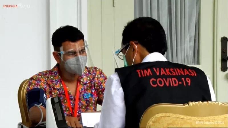 https: img.okezone.com content 2021 01 13 33 2343802 netizen-dukung-pemerintah-gaet-raffi-ahmad-untuk-terima-vaksin-kloter-pertama-UBWGS3njFg.jpg