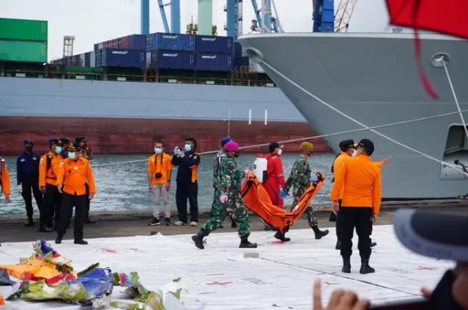 https: img.okezone.com content 2021 01 13 337 2343655 hari-ke-5-evakuasi-korban-sriwijaya-air-basarnas-kerahkan-3-300-personel-dan-54-kapal-pJbJMOiFXX.jpg