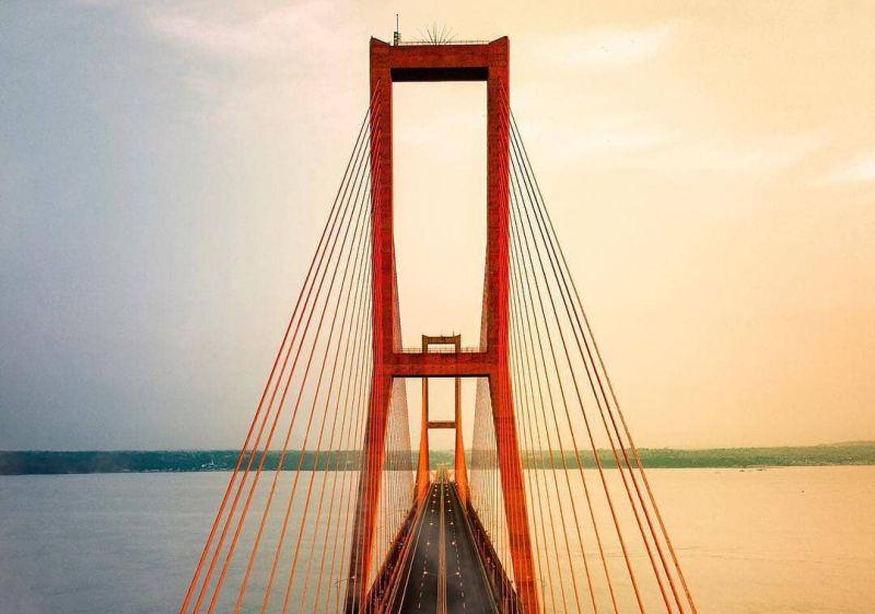 https: img.okezone.com content 2021 01 13 408 2343585 pesona-jembatan-suramadu-cocok-untuk-penikmat-sunset-dan-sunrise-avUMwEDP2d.jpg